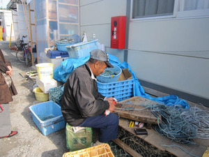 網を作る漁師さん