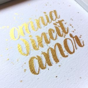 Omnia Vincit Amor mit Finetec Gold gelettert