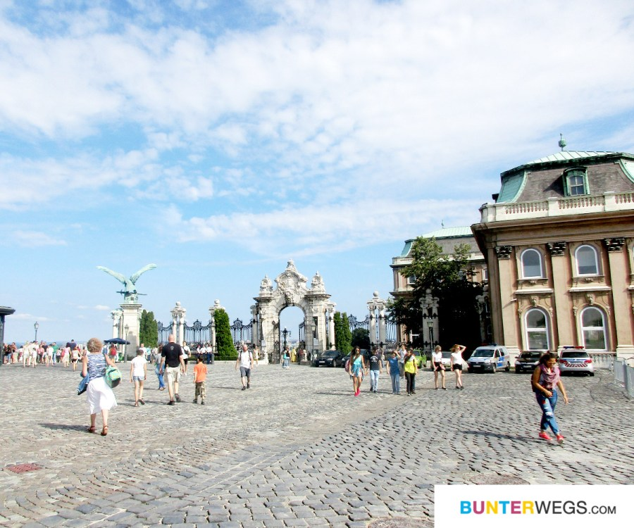 Szent György tér in Budapest: Hier kommt die Budavári Sikló an * BUNTERwegs. Der Outdoor Blog für Frauen mit Liebe zum Wandern und zur Street Art