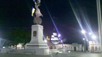 """Площа Конституції, на пам'ятнику написано """"Слава Україні""""."""