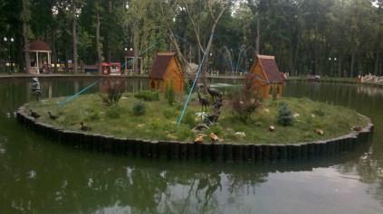 Озеро з лебедями в парку Горького