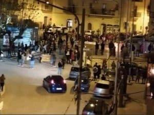 200 persone sfidano i divieti e vanno alla messa del Venerdì Santo