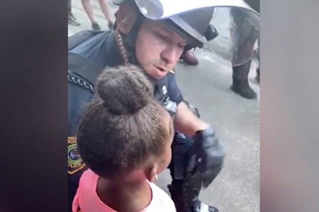 """""""Mi sparerai?"""", poliziotto consola bimba in lacrime durante le proteste per George Floyd"""