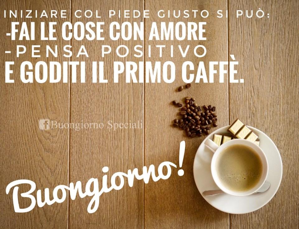 """Tazza con accanto chicchi di caffè e cioccolata. Accanto scritta: """"Iniziare col piede giusto si può. Fai le cose con amore, pensa positivo, e goditi il primo caffè""""."""