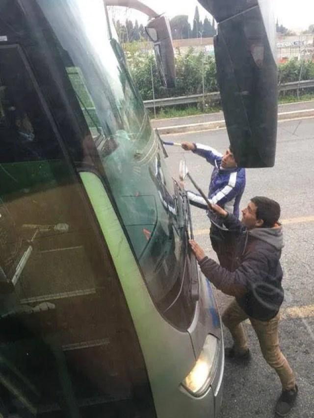 バスの窓を拭く人たち。これが彼らの仕事で、これをすることで得る小銭で生活しています。 この写真につけられたコメントは「チームプレー」となっていました。