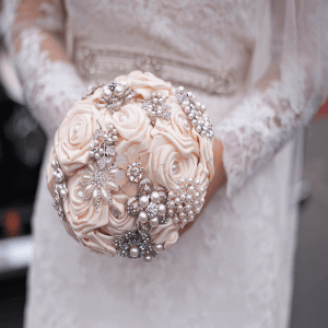 Buquê de noiva glamour com flor de cetim