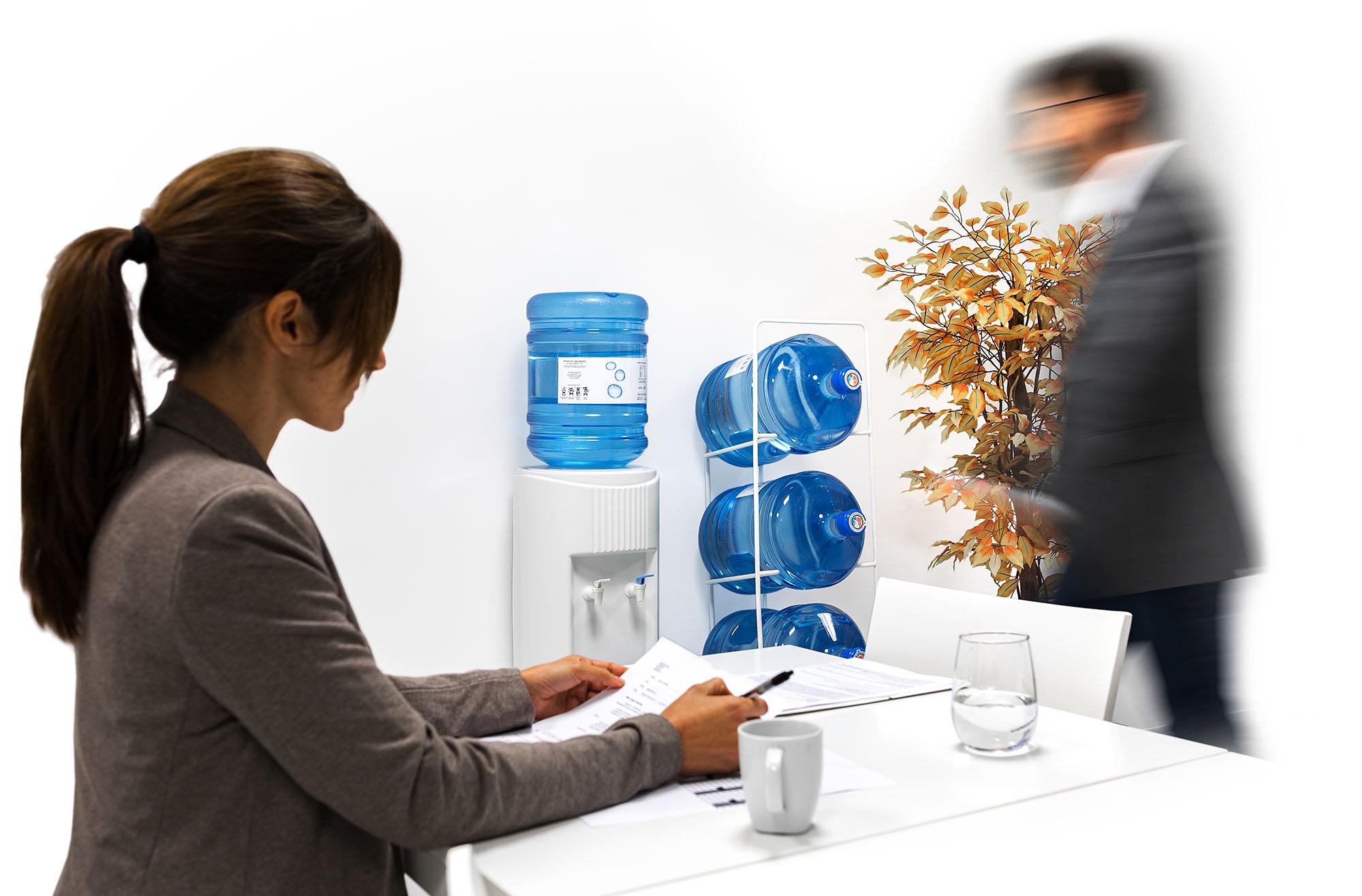 Dispensador de agua Burbujeo en la oficina