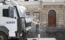 Taksim-Gezi-Parkı-Eylemci-Siyahlı-Kadın_Kate-Cullen_003