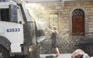 Taksim-Gezi-Parkı-Eylemci-Siyahlı-Kadın_Kate-Cullen_004
