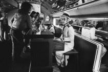 Özel uçağının barında piyanosunun başında görülen Elton John (1976)