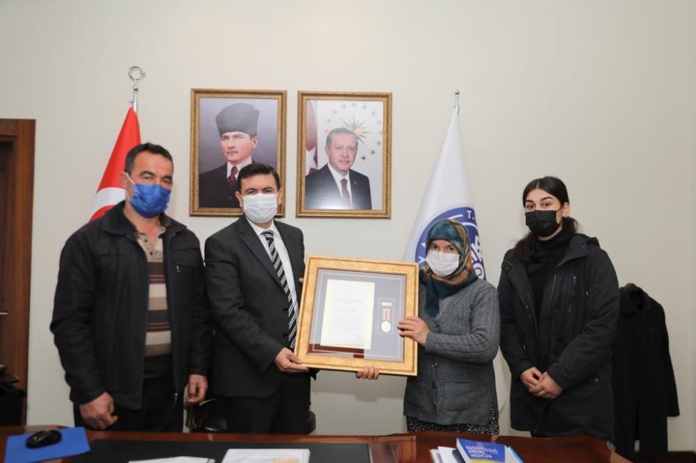 Şehit Hüseyin Mertoğlu'nun ailesine devlet övünç madalyası