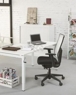Bureau Qbic met slinger wit blad met witte poten, hoogte verstelbaar dmv slinger
