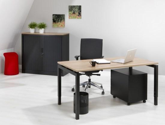 QBic 4 poots bureau met eiken blad en zwart frame. Bureaustoelen MKB