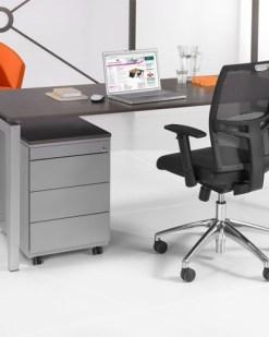 QBic 4 poots bureau met donker eiken blad en zwart frame. Bureaustoelen MKB