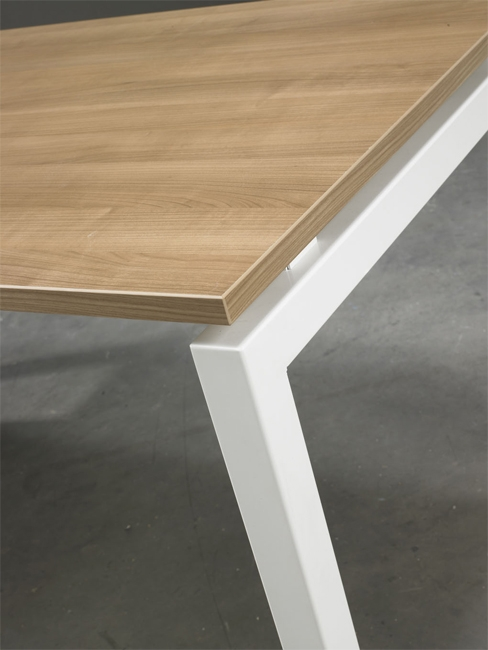 QBic 4 poots bureau met donker eiken blad en wit frame. Bureaustoelen MKB