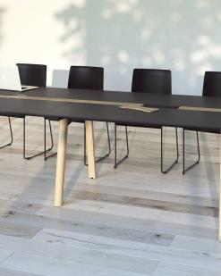 Nova woord vergadertafel met zwart blad en eiken gebeitste poten. Narbutas | Bureaustoelen MB