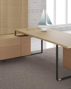 Bureau Plan A met Amber Oak kast en Amber oak blad. Bureaustoelen MKB