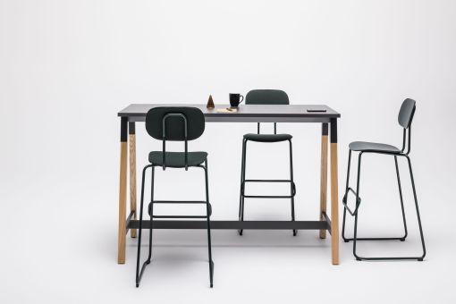 Capital A statafel | bartafel met houten poot en zwart blad. MDD Bureaustoelen MKB