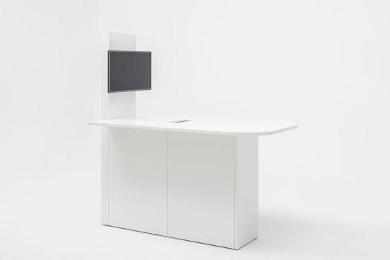 Media-Desk, geheel wit inclusief aansluitingen en berging. Bureaustoelen MKB