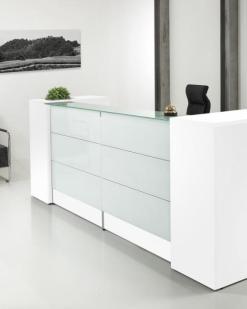 Entree 288, balie in wit met gehard melkglas blad en opberg mogelijkheden. Bureaustoelen MKB