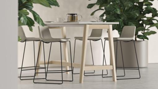 Bartafel Nova Wood met Tango stoel. Bureaustoelen MKVB