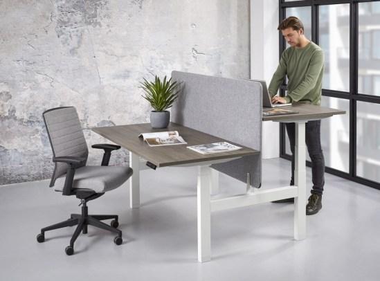 Office duo zit sta bureau, wit frame logan blad met scherm. Bureaustoelen MKB