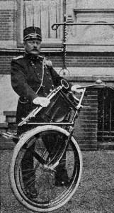 Kapitein Van Wagtendonkmet zijn vouwfiets in kettingloze uitvoering tijdens het ANWB bondsfeestin Haarlem in 1908 (De Prins 25-7-1908, can H. Kuner).
