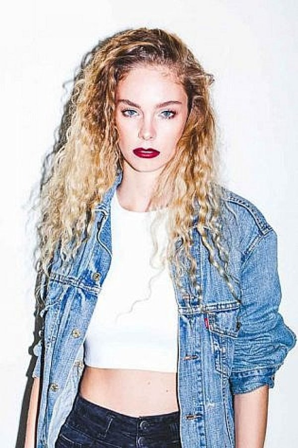 Women hairstyle, curly hair, medium long hair, hot, sexy, beauty