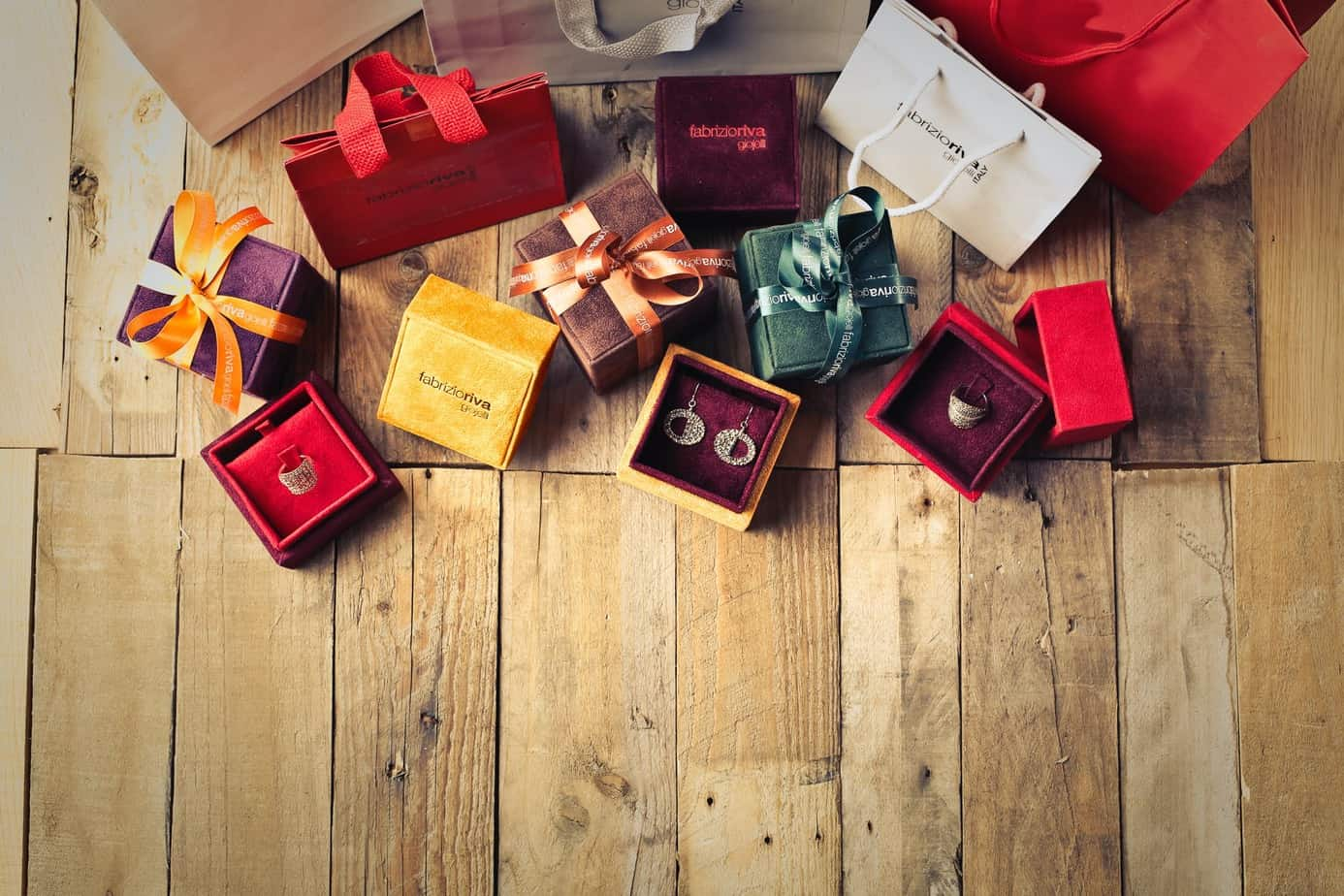 How To Choose Perfect Gifts For Married Couple ? Here Is Some Tips Which Can Help You To Select For Burgundy Present In 2021.