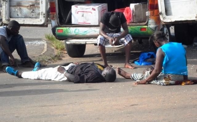 Des personnes désespérées suite à un accident grave de la circulation à Ouagadougou.