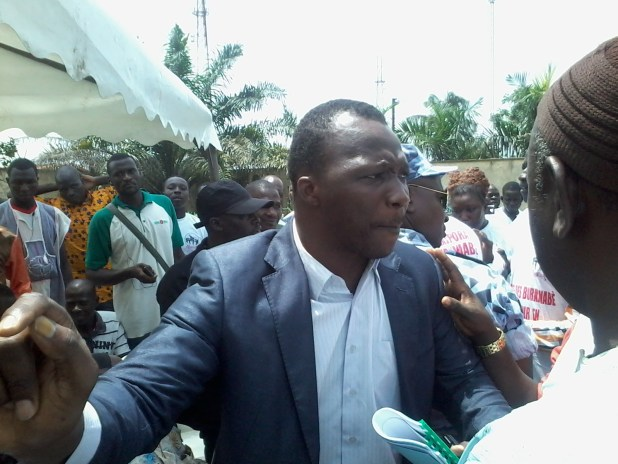 20150309 1141111 Auguste Denise Barry, le ministre Burkinabé de l'administration du territoire et de la décentralisation dans le gouvernement Zida, échappe à un lynchage au consulat du Burkina Faso à Abidjan