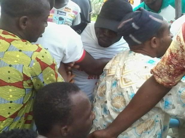 20150309 1143241 Auguste Denise Barry, le ministre Burkinabé de l'administration du territoire et de la décentralisation dans le gouvernement Zida, échappe à un lynchage au consulat du Burkina Faso à Abidjan