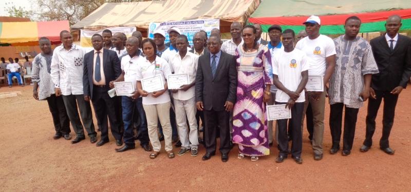 Photos de famille lors du lancement officiel de la campagne d'initiation aux TIC à Kaya.
