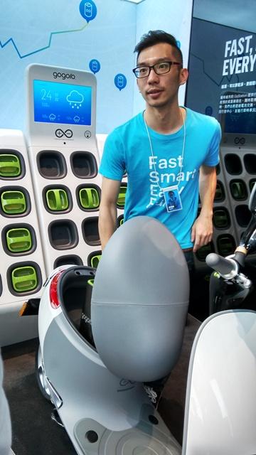 Dans les locaux de Gogoro, Elvis Lin, Experience Centre Manager, explique le fonctionnement du scooter électrique