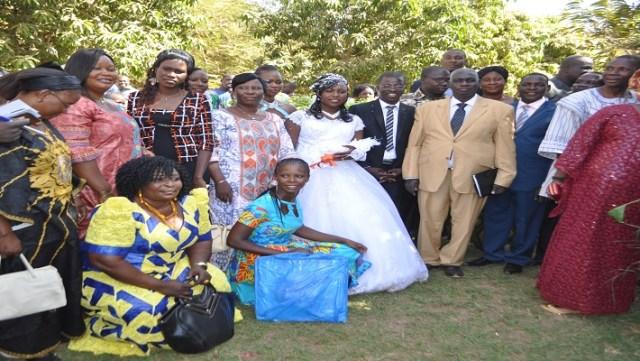 Le couple posant avec la famille Kabré et alliés