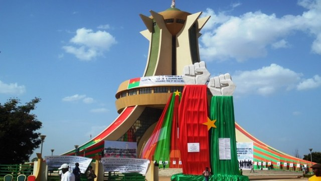 Ce sont ces deux structures drapées aux couleurs nationales devant le monument qui auraient coûté plus du milliard de F CFA
