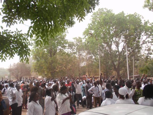 Les élèves infirmiers à l'entrée du ministère de la santé ce 4 février à Ouagadougou