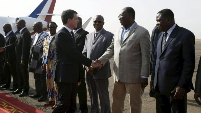 Manuel Valls à son arrivée ce samedi à l'aéroport international de Ouagadougou