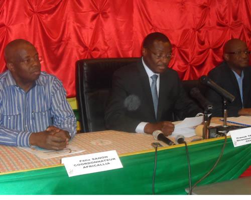 Le présidium de la conférence de presse du comité d'organisation d'AFRICALLIA, on reconnaît au milieu le DG de la CCI-BF Franck Tapsoba ; à sa droite, le coordonnateur du forum Félix Sanon