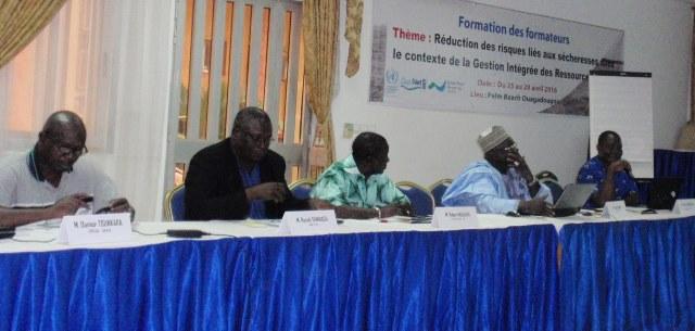Le secrétaire exécutif du GWPAO, Dam Mogbanté (extrême droite), souhaitant la bienvenue aux formateurs