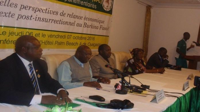 Le présidium à l'ouverture des deuxièmes journées parlementaires UPC, on reconnaît le président du parti, Zéphirin Diabré (3e à partir de la gauche)