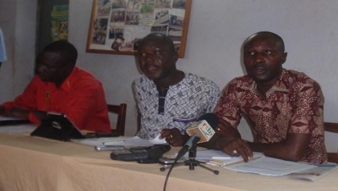 Les conférenciers de la Ligue des consommateurs face à la presse ce 20 octobre 2016 à Ouaga ; au milieu le SG Pascal Zaida