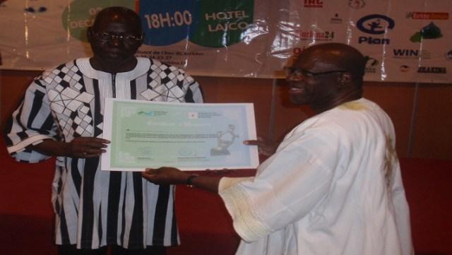Salifou Diallo (à gauche) fait lauréat d'honneur des TEA pour sa contribution au développement du secteur