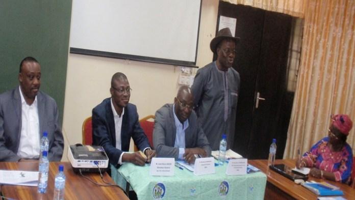 L'inspecteur général des services de l'ONEA, Moumouni Sawadogo (2e à partir de la droite), a présidé l'ouverture de la session