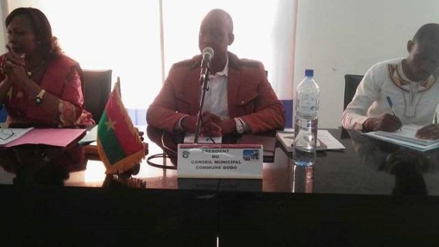Le présidium à l'ouverture de la session, au milieu, lle président du conseil municipal Bourahima Sanou