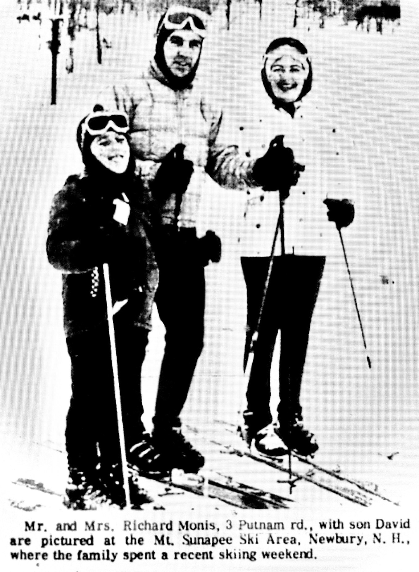 Monis family skiiing
