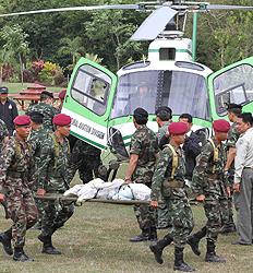ပထမလေယာဉ်ပျက်ကျရာမှ သေဆုံးသူ ၅ ဦးအလောင်းကို ထိုင်းစစ်တပ်များ သယ်ယူနေစဉ် (Photo by Pattanapong Hirunard)