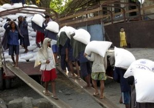 ဆန်တင်ပို့ နေစဉ် ( ဓာတ်ပုံ - အင်တာနက် )
