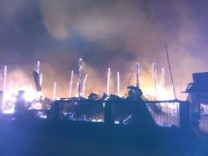 သံဖြူဇရပ်မြို့မဈေး မီးလောင်နေဆဲပုံ (ဗညားထောလေး-Facebook)