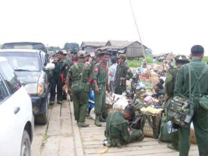 ရှေ့တန်းသို့သွားရောက်မည့် ဗမာ့တပ်မတော်စစ်ကြောင်းတစ်ခု(Internet)